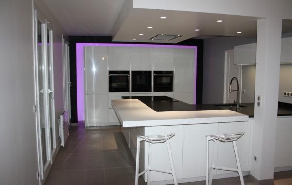 Cuisine Alno – Bondoufle – Bar Corian et Plan de travail Granit – meubles avec arche lumineuse réglable