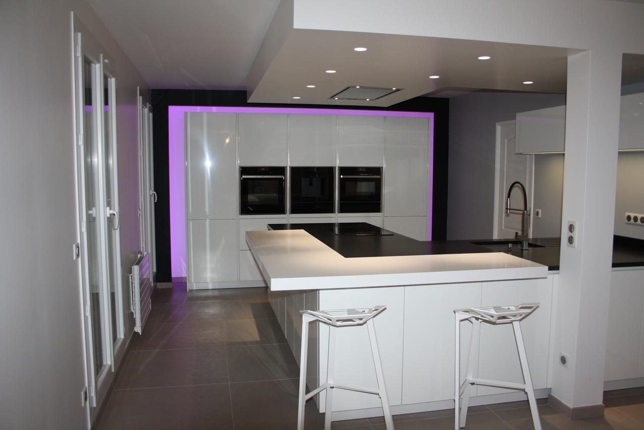 cuisine alno bondoufle bar corian et plan de travail granit meubles avec arche lumineuse. Black Bedroom Furniture Sets. Home Design Ideas