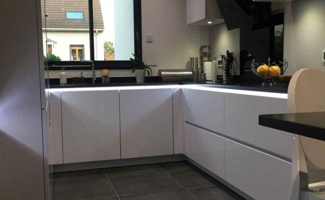 cuisine semi ouverte avec verri re m tal thermolaqu. Black Bedroom Furniture Sets. Home Design Ideas
