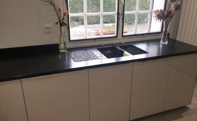 cuisine linas plan de travail granit meubles fa ades en verre. Black Bedroom Furniture Sets. Home Design Ideas