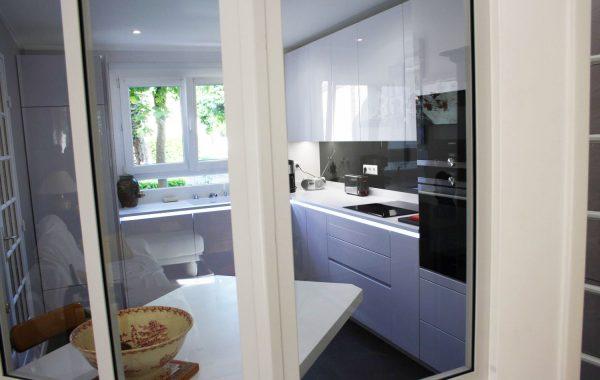 Cuisine Alno – Élancourt 78 – Plan de travail Corian – Fermée par une baie vitrée