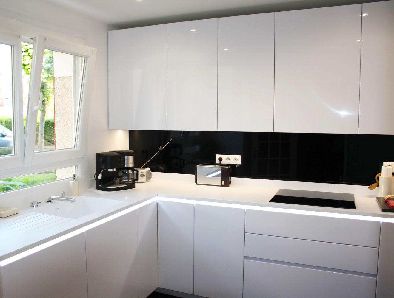 cuisine lancourt 78 plan de travail corian baie vitr e. Black Bedroom Furniture Sets. Home Design Ideas